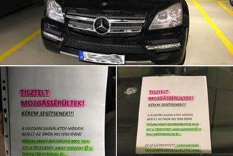 Kegyetlenül ironikus cetli várta a mozgássérült helyre parkoló Mercedes tulajt