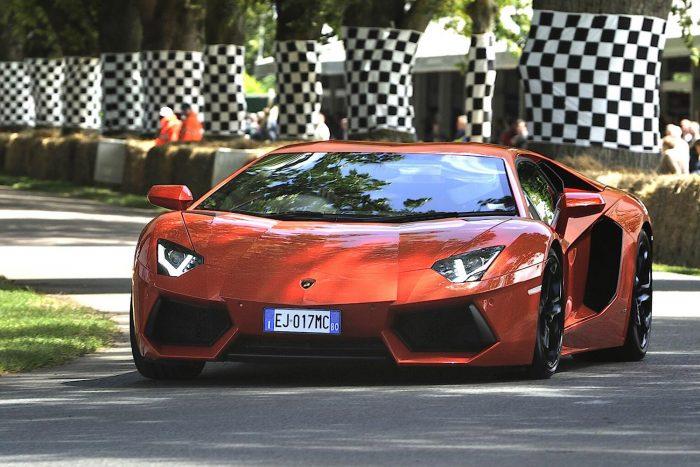 700 lóerős a Lamborghini Aventador LP 700-4. 350-et megy, álló helyzetből 2,9 mp alatt gyorsul 100 kilométer/órás sebességre