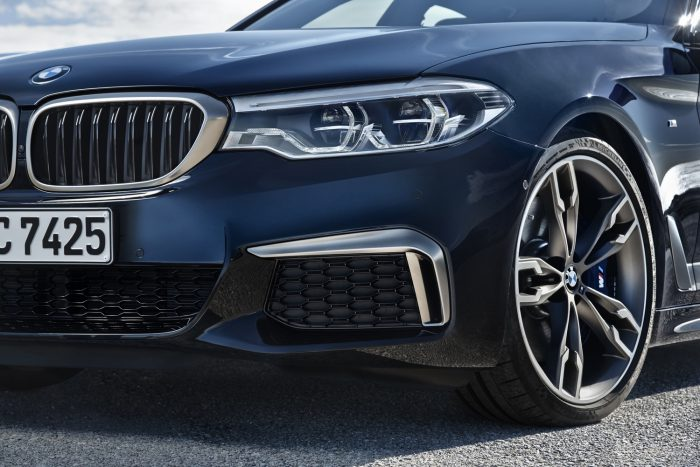Az autó 4,0 mp alatt gyorsul 100 km/órára, végsebessége korlátozott, ezt feloldó csomagról nem tesz említést a BMW – az egyébként is a valódi M modellek kiváltsága szokott lenni.
