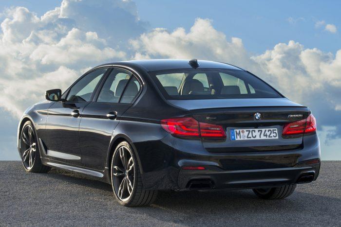 A BMW M550i xDrive erőforrása már most teljesíti a 2018-ban hatályba lépő, a részecske-kibocsátás 90 százalékos mérséklését előíró EU6c károsanyag-kibocsátási normát.