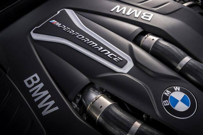 A motort alapkivitelben nyolcfokozatú automata váltóval szállítják, egyedi M Performance hangolással: az egység gyorsan visszavált, igen fürgén kapcsol – de persze kézzel is működtethető.