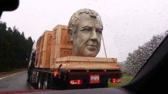 Jeremy Clarkson hatalmas feje riogatta az autósokat