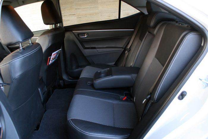 Majdnem tökéletesen sík a padló, jó a belső szélesség és óriási a lábtér a Toyota Corollában