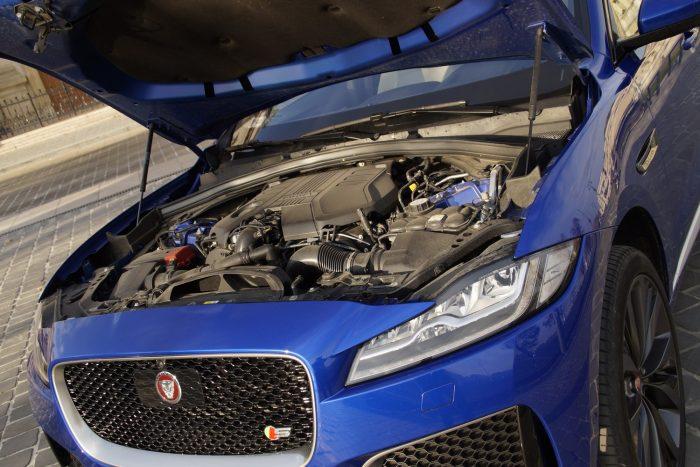 Háromliteres V6-os, elképesztő vehemenciával húzza a nagy bódét