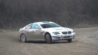 Hihetetlen látvány a porban csapató 6-os BMW