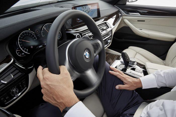 Két mp-ig nyomva tartva az indexkart az E-osztályhoz hasonlóan az új 5-ös BMW is képes sávot váltani, ha szabad a pálya és nem jön valaki gyorsan hátulról