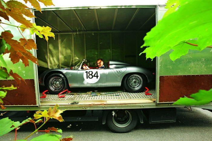 Szállítják, kirakodják, és már lehet is vezetni. A Porsche Museum már csak ilyen