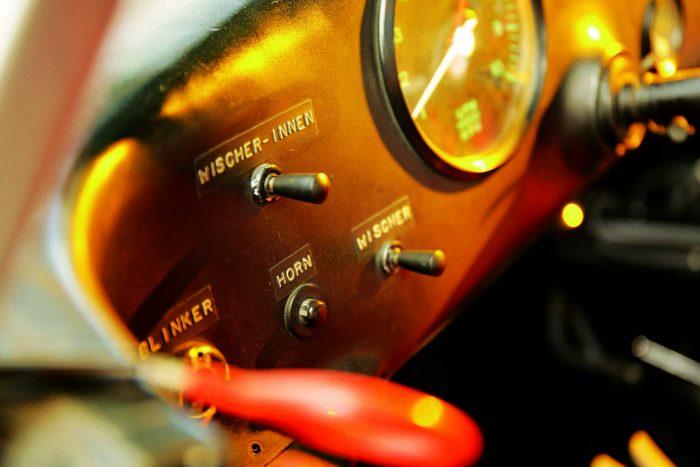 Előbb az akkumulátort kell kívülről bekapcsolni, utána a két benzinpumpát működtetni, majd a távírók izgalmával várni, amíg érkezik válasz