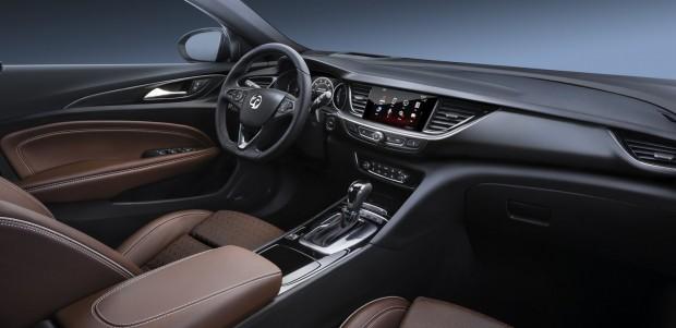 A vezető 3 centivel mélyebben ül, mint eddig, egészen más az ergonómia, jobb vezetési élményt ígér a cég. Minden szinten alapáras lesz a kulcs nélküli nyitás és indítás, fűtött ülésből akár négy is kérhető. Keret nélküli érintőképernyő, ösztönös használhatósággal. Apple CarPlay és Android Auto is lesz a fedélzeten, a Vauxhall OnStar szolgáltatás újdonsága a személyes segítő, akinél akár hotelszobát is foglalhatunk.