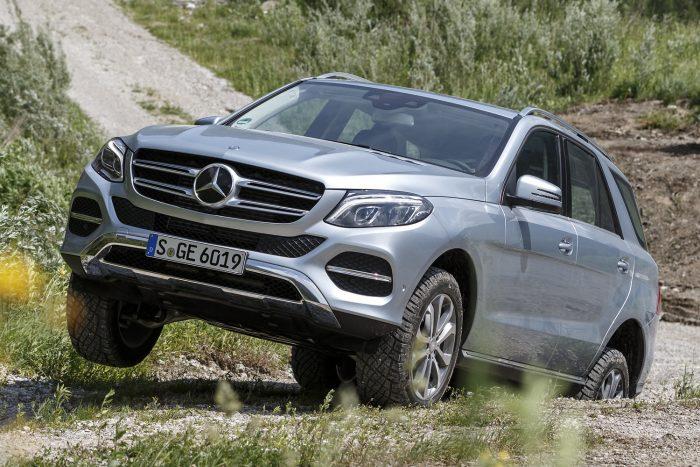 Mercedes-Benz GLE, valamint M- és R-osztályok (2014.09. – 2015.03. közötti gyártás) Az első /hátsó tengelyt rögzítő csavarokat nem megfelelően biztosították, így azok kieshetnek, ami túlterhelheti a benn maradó csavarokat. Ha ezek a csavarok eltörnek, a jármű akár irányíthatatlanná is válhat.