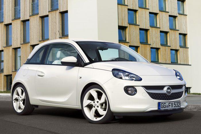 Opel Adam (2013.04. - 2013.10. közötti gyártás) Rosszul szerelték be az üvegtetőt, így az menet közben leválhat, és az autó mögé zuhanva okozhat káoszt és pusztulást.