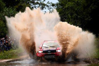 Kigyulladó autóval nyerték a Dakar első szakaszát