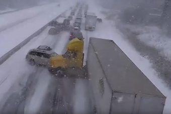 Videón a 100 autós téli tömegbaleset