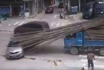 Filmbe illő balesetet szenvedett egy Škoda