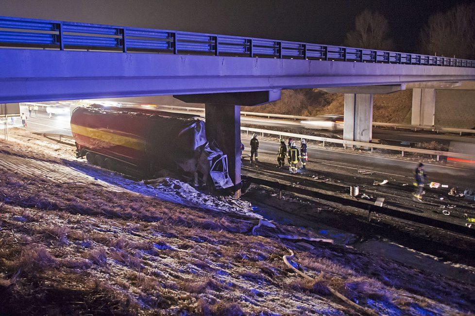 Komárom, 2017. január 27. Felüljáró pillérének ütközött, összetört takarmányszállító teherautó az M1-es autópálya Budapest felé vezetõ oldalán Komárom közelében 2017. január 27-én. A jármû kigyulladt, vezetõje a helyszínen meghalt. MTI Fotó: Lakatos Péter