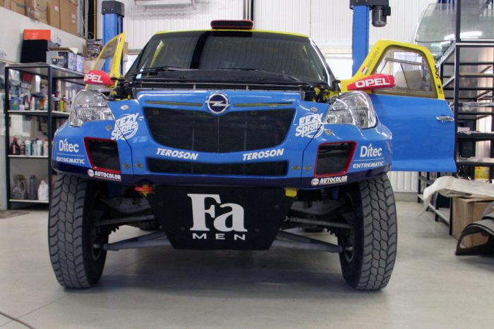 2150 kg az alsó súlyhatár, nagyjából 2220 kilós az Opel Mokka, motorja 360-380 lóerős
