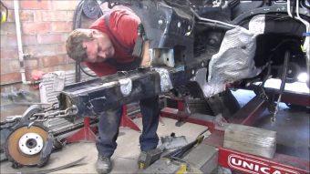 Nézd a szerelőt, aki halálból hoz vissza ronccsá tört autókat