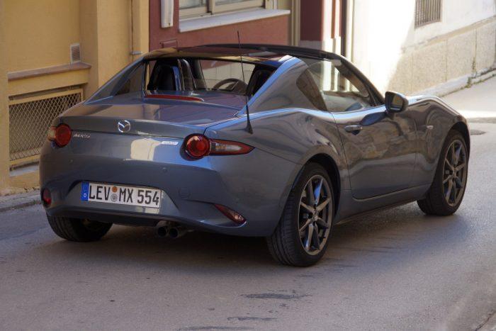 Egy kis BMW Z4, egy kis Jaguar F-Type, egy kis C2 vagy C3 Corvette is belelátható