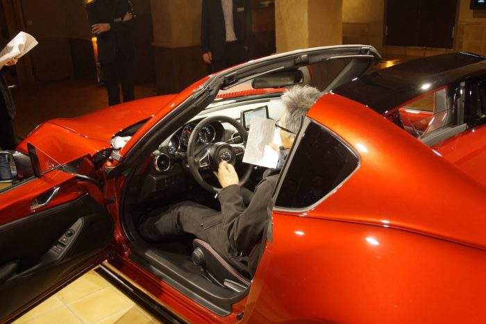 Amikor Yamamoto, korábbi porjektmenedzser is beült a kocsiba, megértettük, hogy van, akinek nem szűk az MX-5 beltere