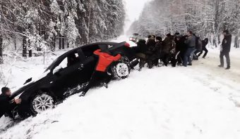 Így néz ki egy csoportos autómentés Oroszországban