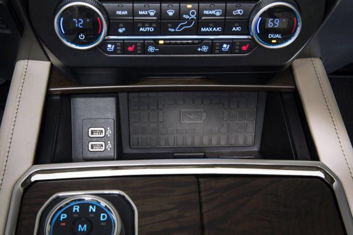 A középkonzol tövében vezeték nélküli telefontöltő felület lapul, a könyöklő alatt akár egy hordozható számítógép is elfér.
