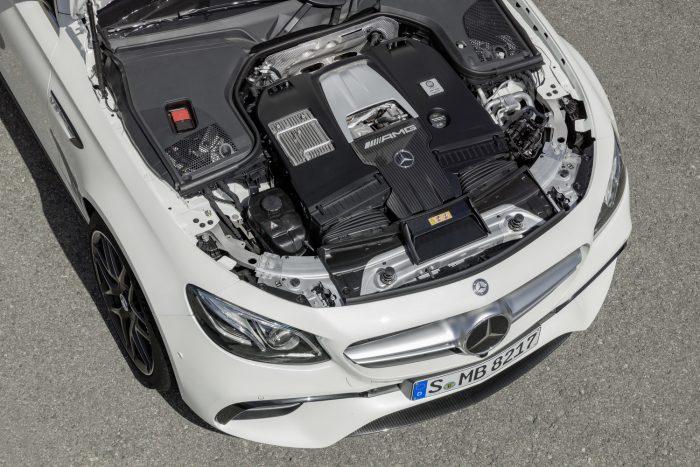 Az E 63 S motorja 612 lóerős, a 850 Nm 2500 és 4500/perc között végig rendelkezésre áll. 3,5 mp alatt gyorsul 100 km/órára.