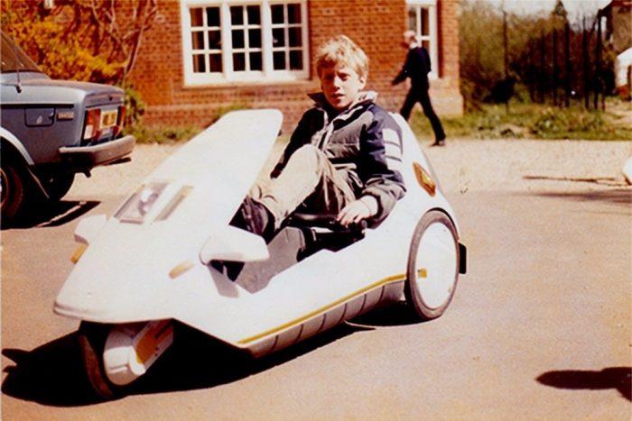 Az Iris tervezője gyermekkorában, egy Sinclair C5 nyergében