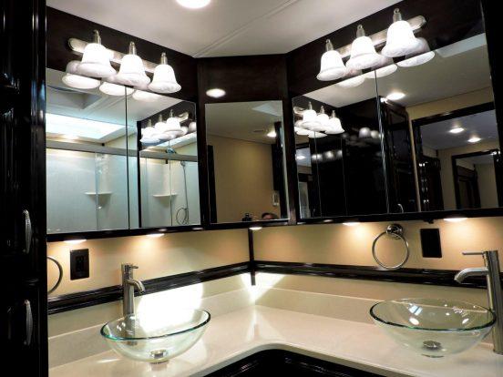 A fürdőszoba is pazar luxusról árulkodik.