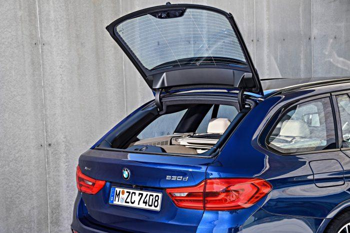 A csomagtérajtó, ahogy számos futóműkomponens is, alumíniumból készül. A motoros mozgatáshoz akár gombot sem kell nyomni, a hátsó szélvédő külön felnyitható.