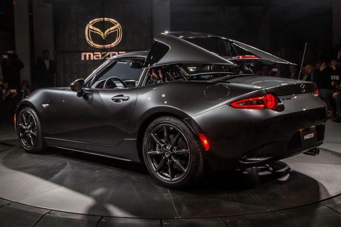 5, Friss, ropogós újdonság a témában a Mazda MX-5 RF, motorosan eltüntethető targatetejével, de inkább csak a biztonságérzet látszatát, mint valódi merevítést jelentő áthidaló elemével