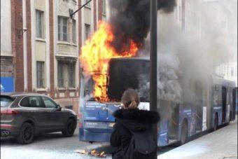 Fotón a Széll Kálmán téren lángoló busz