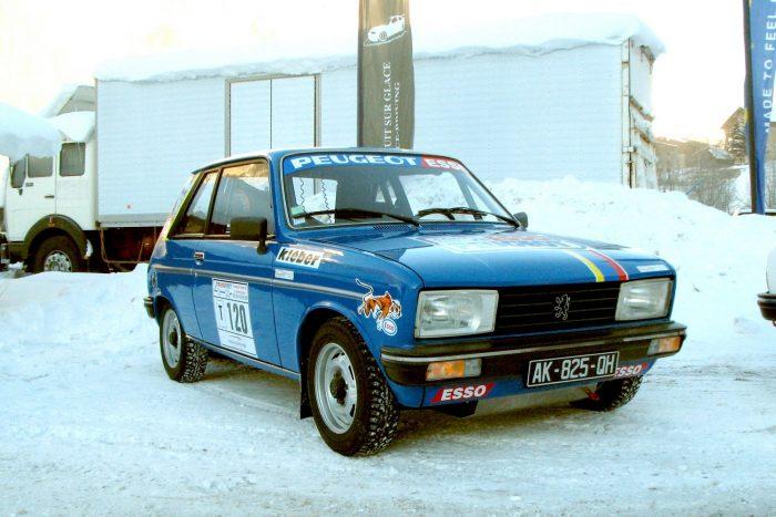Peugeot 104-es hamisítatlan ralikivitelben, jelen esetben szöges gumival. Sajnos csak kiállítási darab volt
