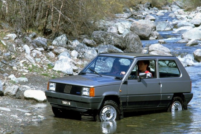 Fiat Panda 4x4 - Az apró olasz 740 kilogrammos tömege, és 2,16 méteres tengelytávja segített legyőzni a természet vad kihívásait, de a számoknál fontosabb, hogy hamisítatlan olasz lelke van a gépnek. 750-es és 903 köbcentis motorokkal volt kapható, majd a modellfrissítéssel kijött az egyliteres FIRE, illetve az 1,1-es FIRE motor. A 903 köbcentis és a nagyobb négyhengeres benzinesek mindegyike ajánlható.A Fiat Panda egészen 2003-ig készült, amikor bemutatkozott a második generáció.