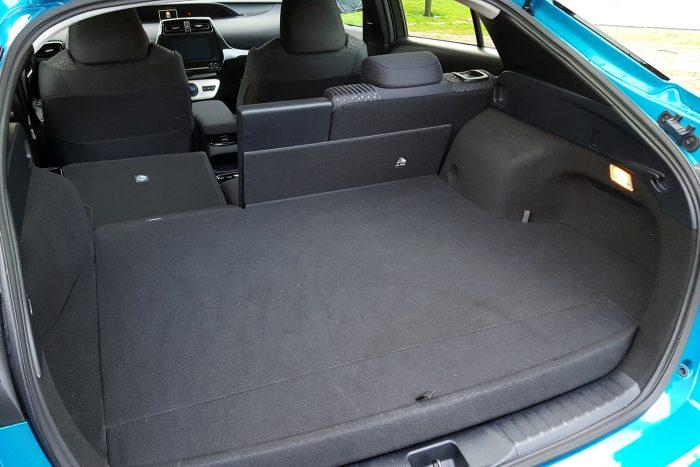 A csomagtér padlója 160 mm-rel magasabbra került, hogy beférjen alá a korábbinál sokkal nagyobb akkumulátor, így meglehetősen lapos a hely. Hivatalosan 360 liter, ezt szinte biztosan a hátsó üvegig mérték ki ennyinek. Családi nyaraláshoz kell a tetőbox