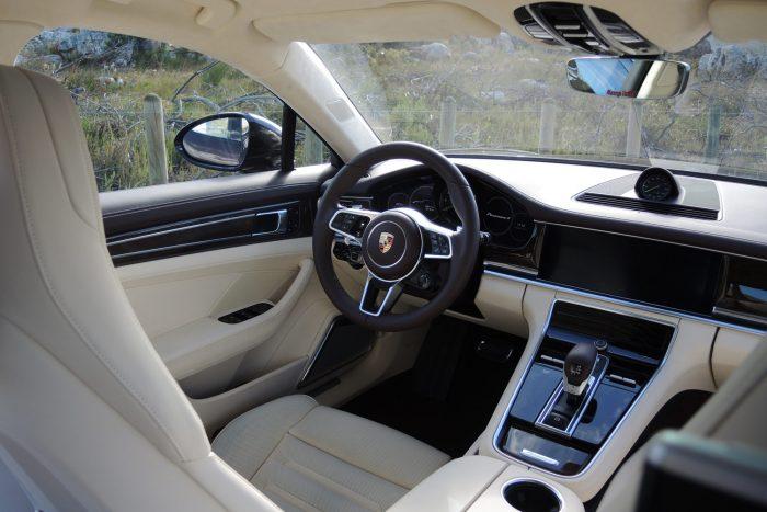 Sportkocsihoz illő üléspozició fogadja a Panamera vezetőjét