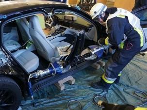 Így vágnak szét egy Porsche Panamerát a tűzoltók
