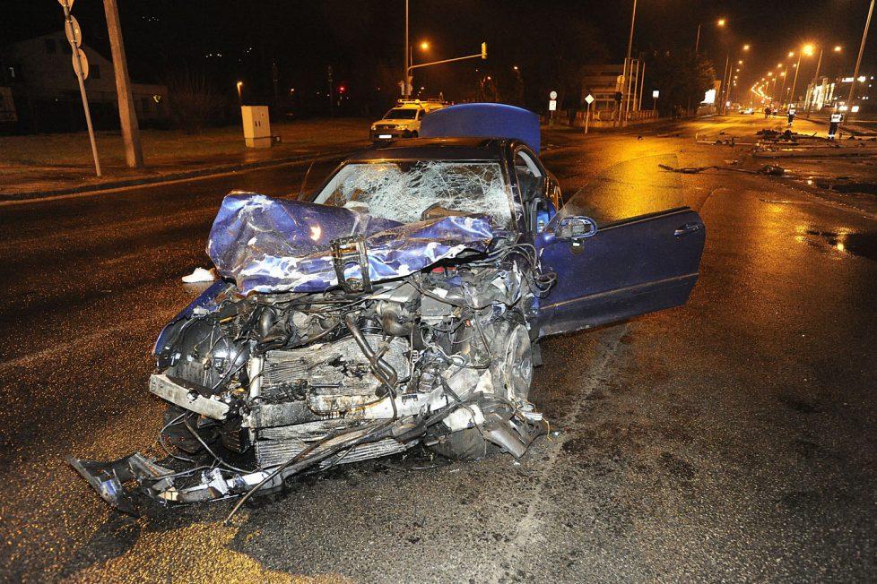 Budapest, 2017. március 18. Összetört személygépkocsi a III. kerületben, a Szentendrei úton, miután összeütközött egy másik autóval 2017. március 18-án. A balesetben ketten meghaltak. MTI Fotó: Mihádák Zoltán