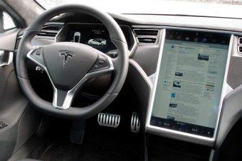 Festővásznat integráltak a Tesla Model S-be