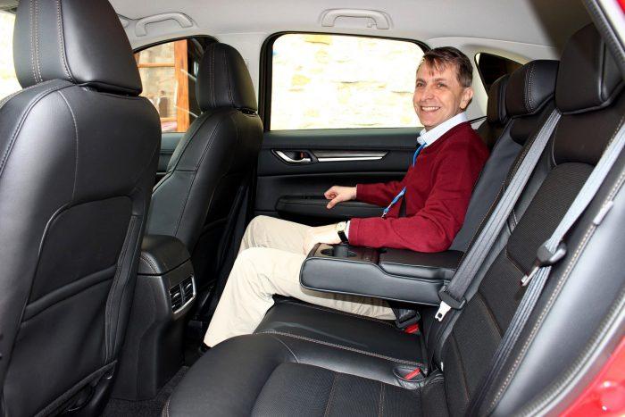 A CX-5-ösben nem büntetés hátul ülni. A helykínálat bőséges, az ülőpárna elég hosszú, a háttámla pedig két fokozatban állítható