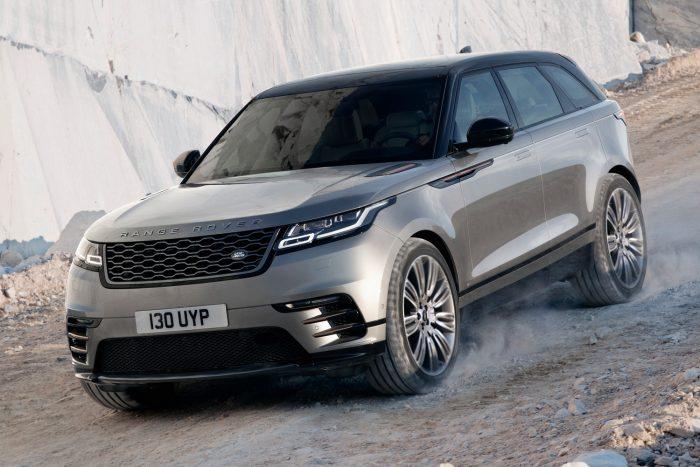 Négyhengeres benzinmotorból is kettő van: a kisebbik 250 lóerős, 365 Nm nyomatékú, 6,7 másodperces gyorsulással. A nagyobbik a maga 300 lóerejével a valaha épített legerősebb Land Rover négyhengeres motor, nyomatéka 400 Nm, egyelőre nem kapható.
