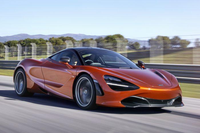 Az autó 2,9 mp alatt gyorsul 100 km/órára, kétszázra 7,8 mp alatt ugrik; a végsebesség 341 km/óra.
