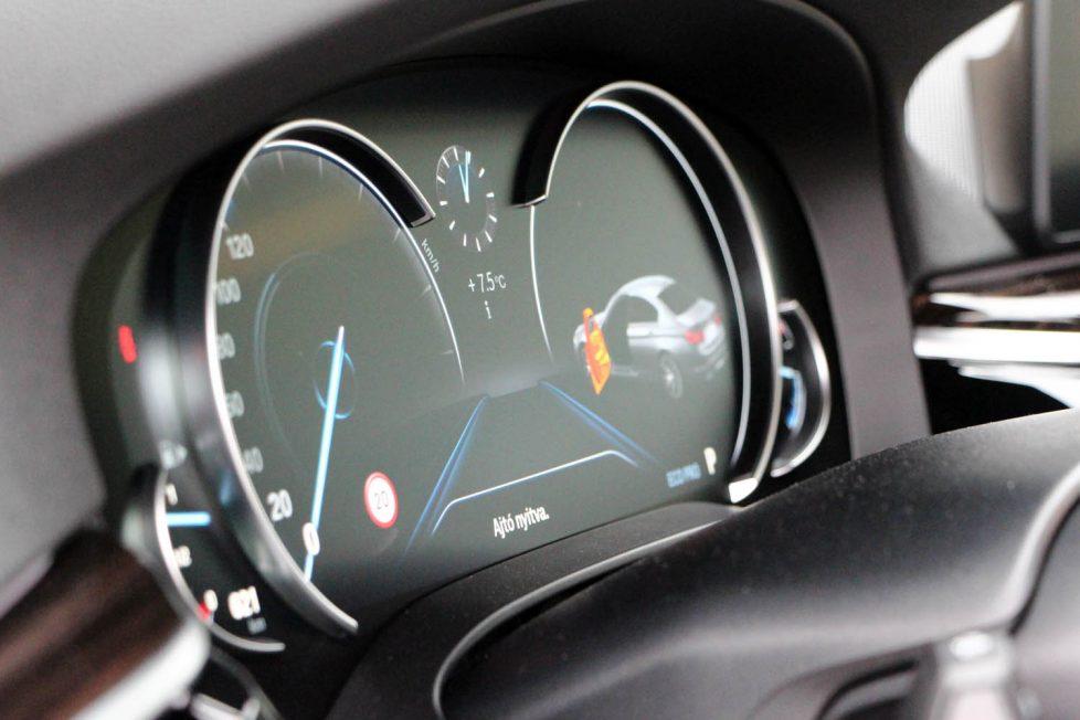 Digitális műszerfal, de azért a forma adott, ezt a klasszikus elrendezést nem bontja meg a BMW