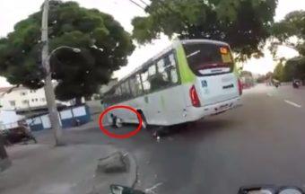 Áthajtott a busz a motoroson, de túlélte