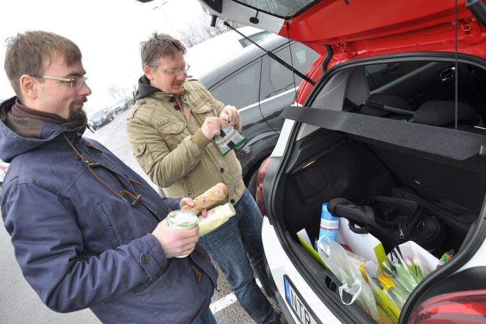 Ebédszünet. Rácz Tamás és jómagam is a Citroënt vinnénk haza, annyival vidámabb autó, mint a többiek