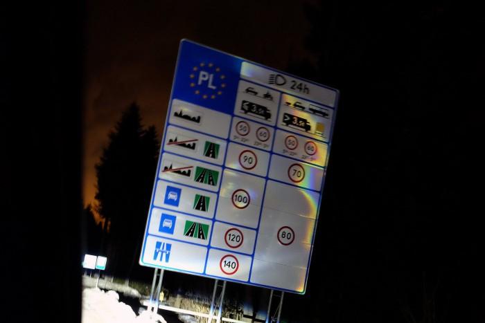 Tájékoztató tábla a szlovák-lenygel határon. Másból észre sem vennénk, hogy átléptünk egy másik országba