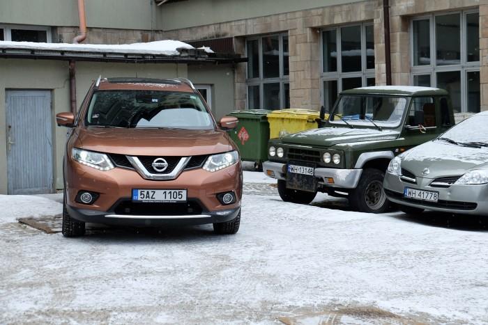 Nissan X-Trail pózol a megfáradt Aro előtt