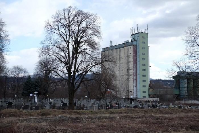 Esztétikus siló nőtt ki a temetőből