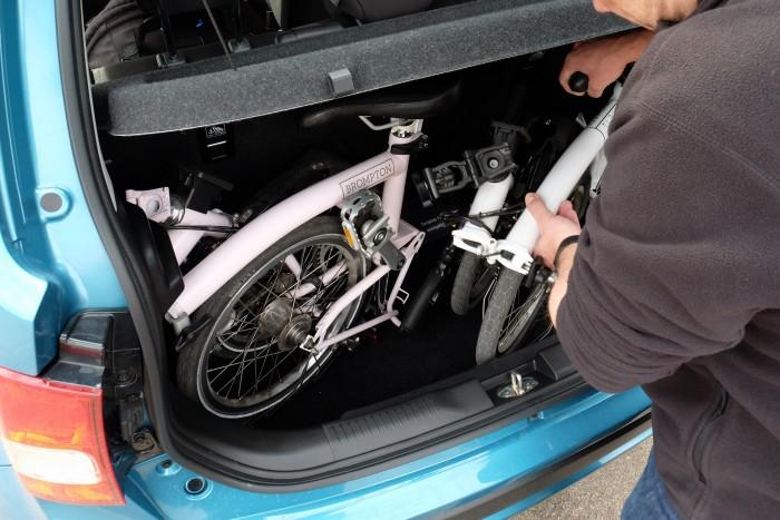 Igen, az ott két teljes értékű kerékpár az Ignis csomagtartójában