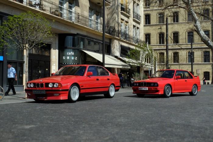 Két BMW parkol ott, ahol semmi keresnivalójuk nem lenne. Ha igaziak lennének.