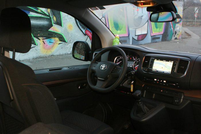 Kényelmes az ülés, kapitányi a pozíció és a nagy testtel nem olyan nyomasztó a tükröt kitöltő X5 az előző kamion mögé szorulva